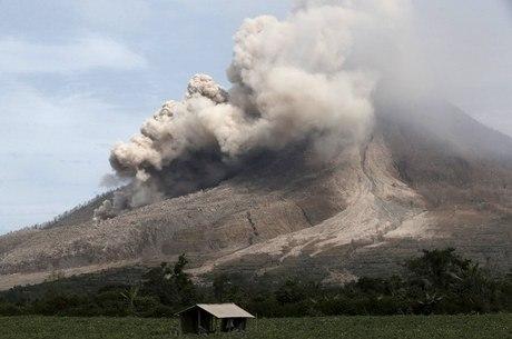 Uma densa nuvem de fumaça cercou moradores na Indonésia depois que o grande Monte Sinabung entrou em erupção