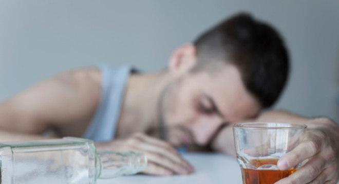 O alcoólatra perde o controle quando entra em contato com a bebida