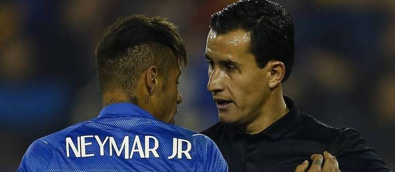 Neymar conversa com o árbitro Enrique Osses durante a derrota contra a Colômbia