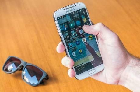 Médico recomenda que celular fique longe da mesa de refeições
