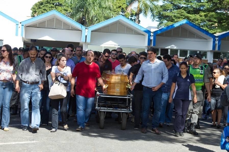 Corpo de namorada de Cristiano Araújo é enterrado em Goiânia