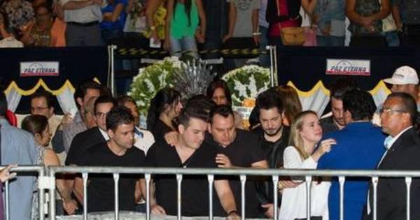 A pedido da família, corpo de namorada de Cristiano Araújo é encaminhado ao cemitério