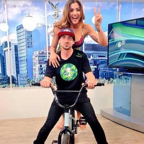 Resultado de imagem para Erika Fernandez  também já tirou onda com uma bicicleta com o programa rolando