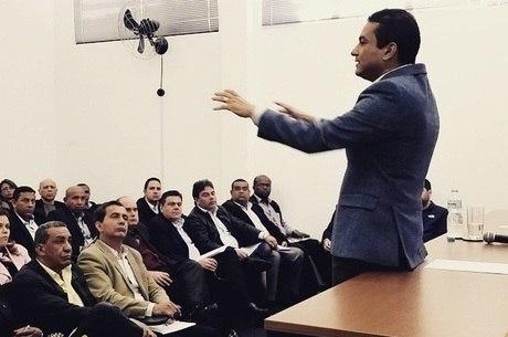 Presidente nacional do PRB, Marcos Pereira, fala com coordenadores regionais da sigla durante reunião em São Paulo