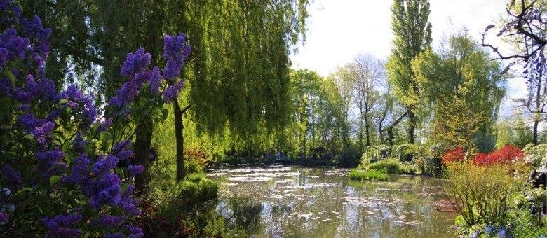 Em Giverny, está o famoso jardim de Monet, onde ele pintou muitos dos seus quadros, e que hoje recebe turistas