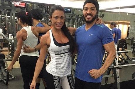 Gracyanne Barbosa e Belo exibem corpões em academia