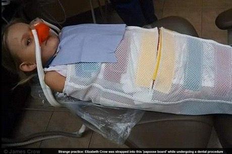"""Família pede atitude das autoridades para que profissional não possa mais usar o equipamento para """"prender"""" crianças na cadeira"""