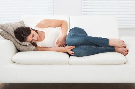 Cólicas fortes, TPM  e fluxos intensos levam mulheres a buscarem por soluções para interromper a menstruação