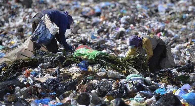Cidade de SP gera 10 mil toneladas de lixo por dia e gasta R$ 200 milhões ao mês com serviço