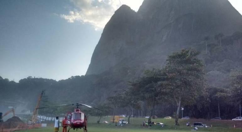 Fogo atinge pedra da Gávea, no Rio