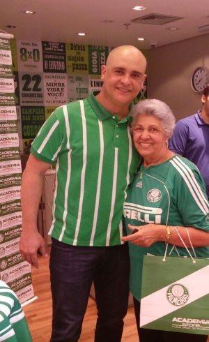 Torcedora de 81 anos conhece ex-goleiro Marcos em loja oficial do ... 61e29c5434