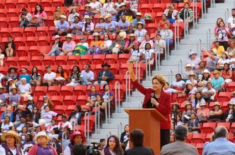 """versos da música """"Envergo Mas Não Quebro"""", de Lenine, foram citados ao final do discurso da presidente"""