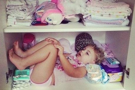 Brenda, filha de Sheila e Xuxa,  descansa dentro de armário