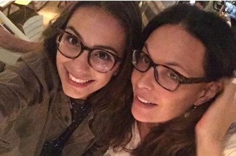 Carolina Ferraz posa com a filha mais velha, Valentina