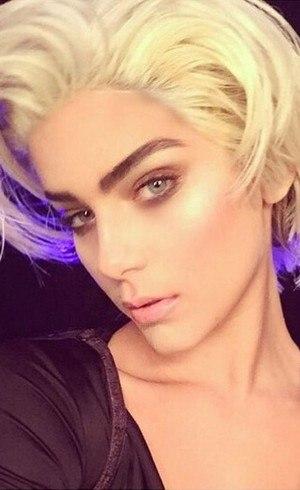Isabella Santoni homenageando Madonna no aniversário da diva pop