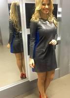 Pretinho fatal de couro para arrasar. Este vestido remete aos anos 60/70. Em formato A em couro, além da faixa azul na lateral ele foi usado com sapato vermelho, para quebrar a seriedade do look