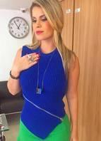 Blusa canelada em tricô inspirada nas blusas esportivas, também fazendo 'color blocking', bloco de cores, com mini-saia verde. Melhor estilo anos 80