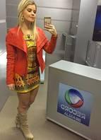 Estampas étnicas também integram o guarda-roupas de Sabrinna. O vestido étnico em cetim bem curto foi usado com uma jaqueta de couro pesado laranja para balancear o look e não ficar tão decotado. Com bota para ficar mais moderno
