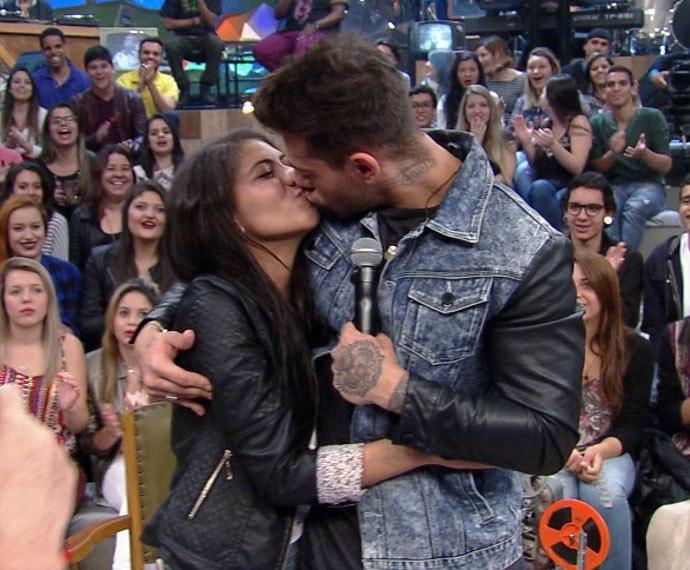 Fã pede Lucas Lucco em casamento durante programa e ganha beijo do cantor