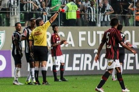 Mineiros reclamaram muito do árbitro Marcelo de Lima Henrique
