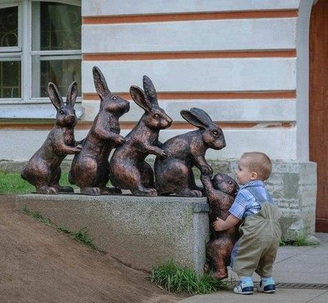 Esse garotinho parece querer ajudar o colega a subir no muro. Será que ele consegue?