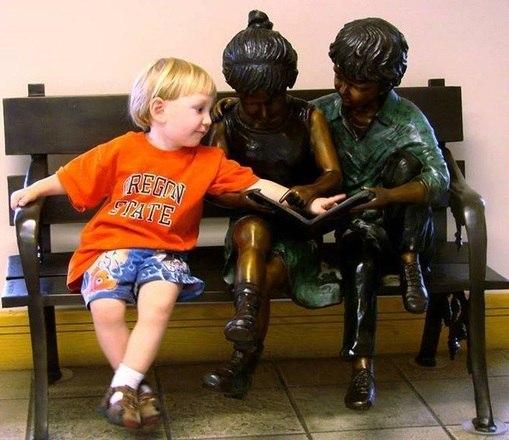 O garotinho de laranja ajuda seus colegas a contar histórias