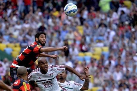 Wallace ajeitou bola com braço no lance do gol de Emerson Sheik
