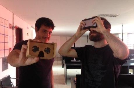 Os cineastas Henrique Siqueira e Filipe Gontijo mostram os aparelhos que melhoram o acesso aos vídeos em 360°