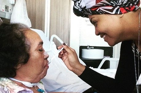 Gaby Amarantos esteve longe da mídia para cuidar da mãe doente