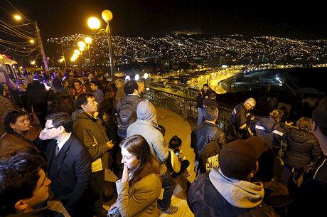 Chilenos foram para as áreas de segurança mais altas a fim de se protegerem de eventuais tsunamis após o terremoto desta quarta