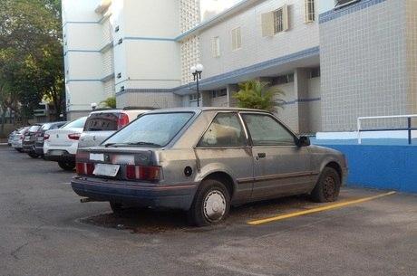Escort está abandonado desde 2006 em uma quadra da Asa Sul. Outros três veículos estão largados na mesma área residencial