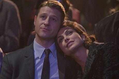 Ben McKenzie e Morena Baccarin em cena de Gotham