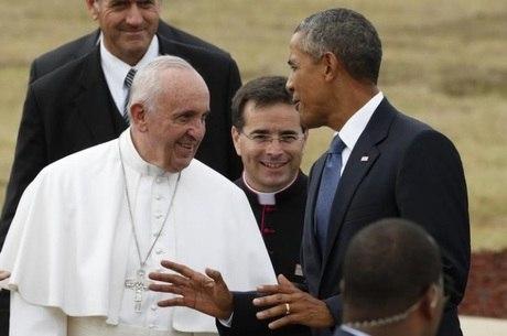 Presidente dos EUA Barack Obama conversa com papa Francisco na chegada a Washington