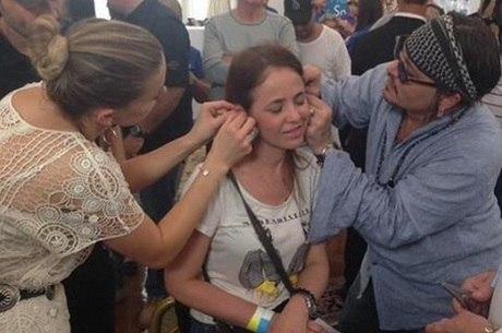 Johnny Depp faz doação de aparelhos auditivos no Brasil