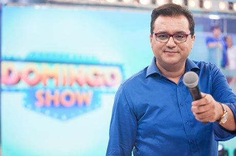 Geraldo Luís comanda o palco do Domingo Show