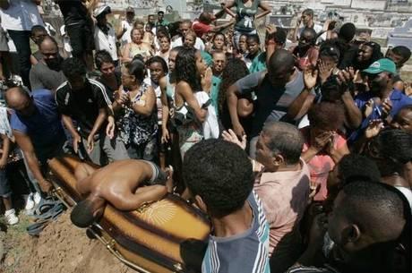 Enterro de Cláudia Ferreira que foi baleada e arrastada por uma viatura da Policia Militar do Rio de Janeiro