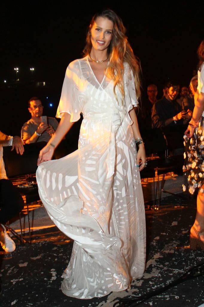 5f19e0e40 Bruna Marquezine se inspirou em sua sereia, a modelo Yasmin Brunet; A filha  de Luiza Brunet usou um vestido branco com transparências ...