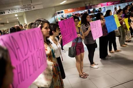 Grupo protesta contra abusadores no transporte público de SP