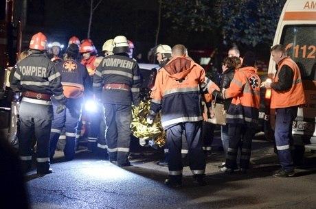 Dezenas de ambulâncias e carros de bombeiro foram ao local