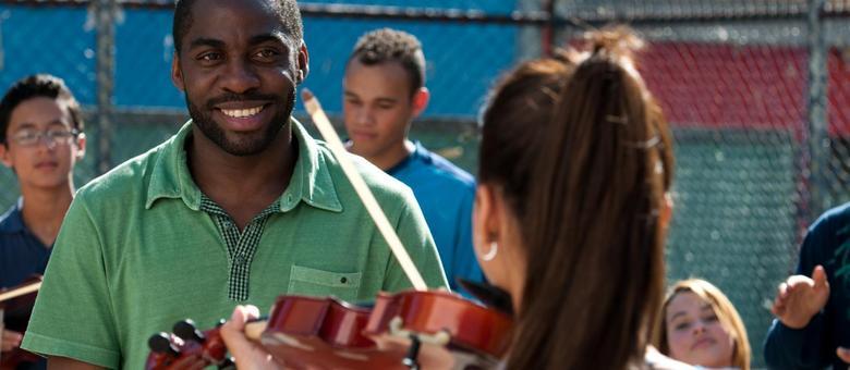 Lázaro Ramos é o violonista Laerte que, rejeitado na Osesp, forma a Sinfônica de Heliópolis