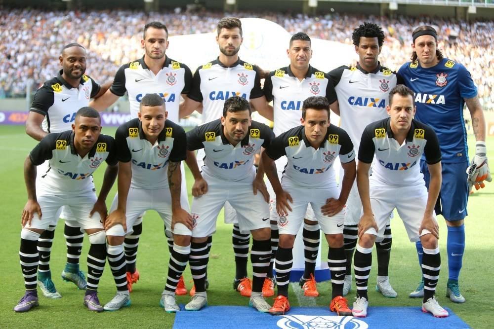 Jogo de futebol com time brasileiro