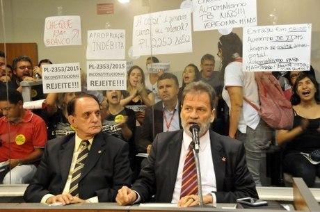 Durval Ângelo (PT) defendeu o aumento sob protesto de servidores