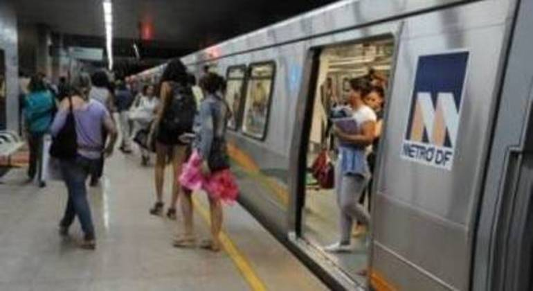 Passageiros desembarcam de trem do Metrô-DF
