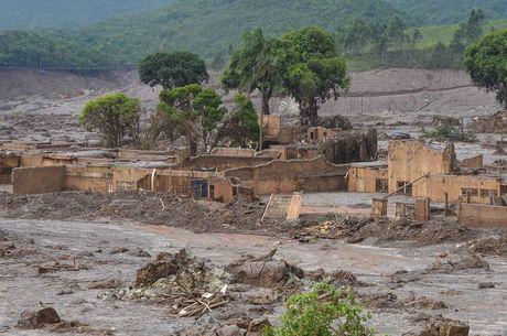 Distrito de Bento Rodrigues foi arrasado pela lama