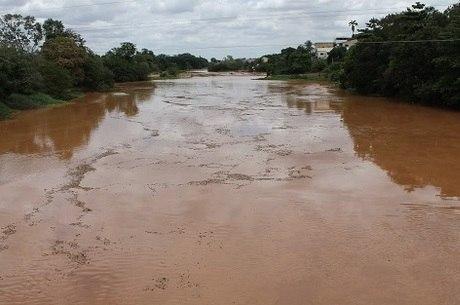 Água do rio Doce, em Valadares, tomada pela lama