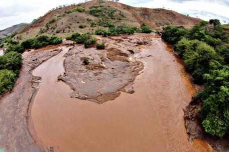 Rio Doce foi arrasado pelo desastre sócioambiental