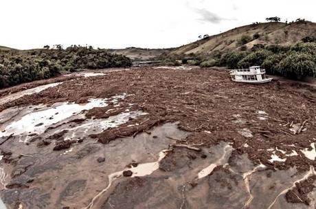 Samarco não comenta resultados das análises - mineradora afirmou há uma semana que rejeitos continham apenas ferro e areia