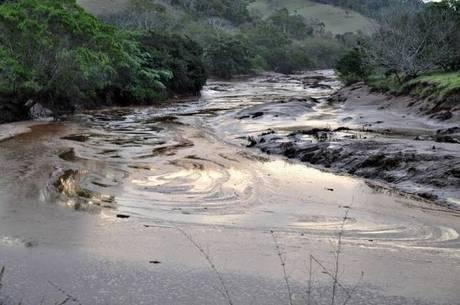 Prefeitura de Valadares usa técnica experimental de filtragem para captar água do rio Doce