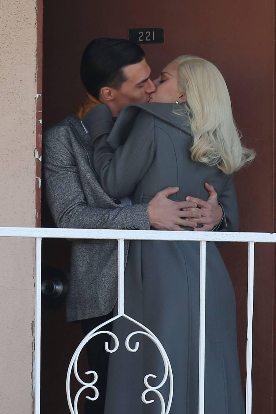 American Horror Story Cenas Quentes lady gaga beija muito em varanda de motel - fotos - r7 pop