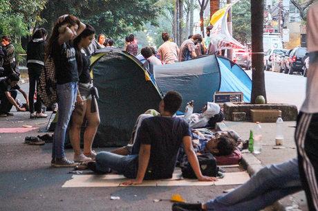 Alguns manifestantes estão acampados do lado de fora da escola